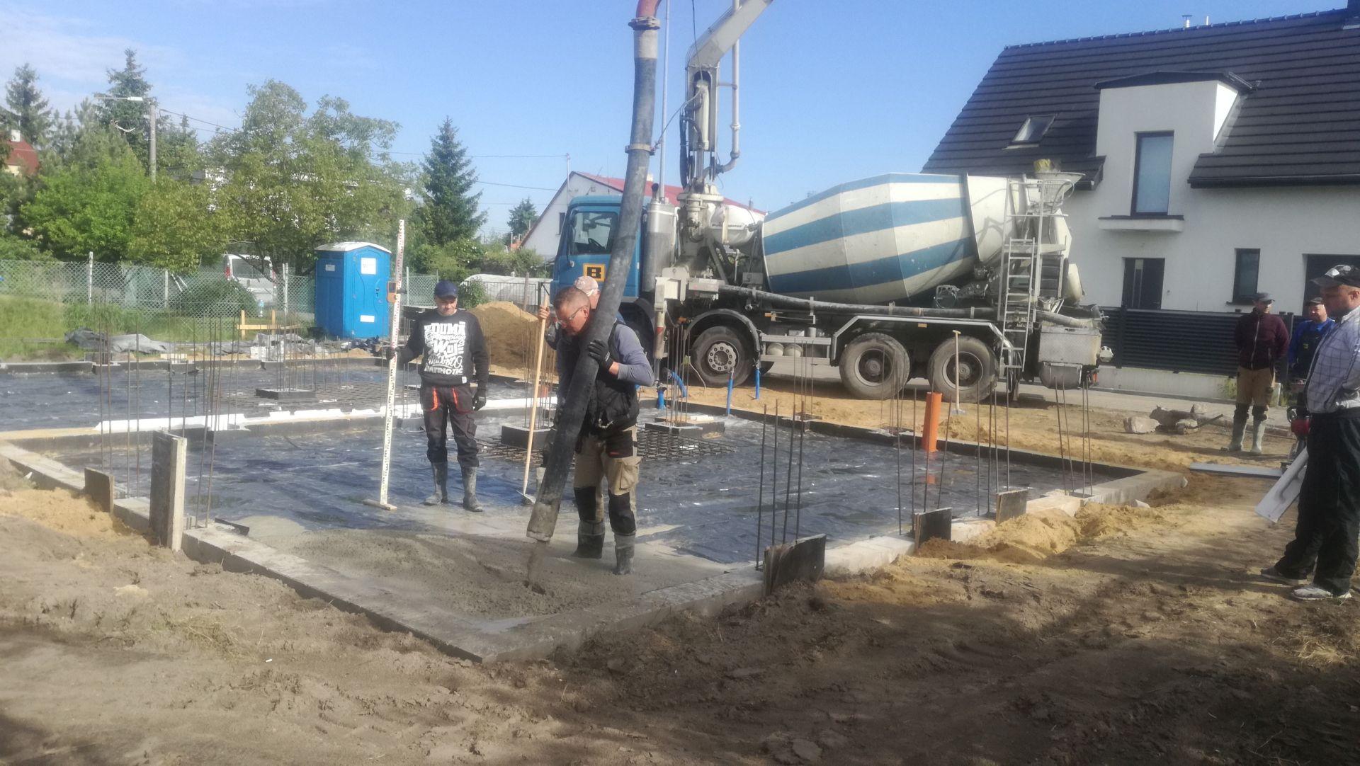 Wylewanie betonu wodoszczelnego z dodatkiem włókna polimerowego