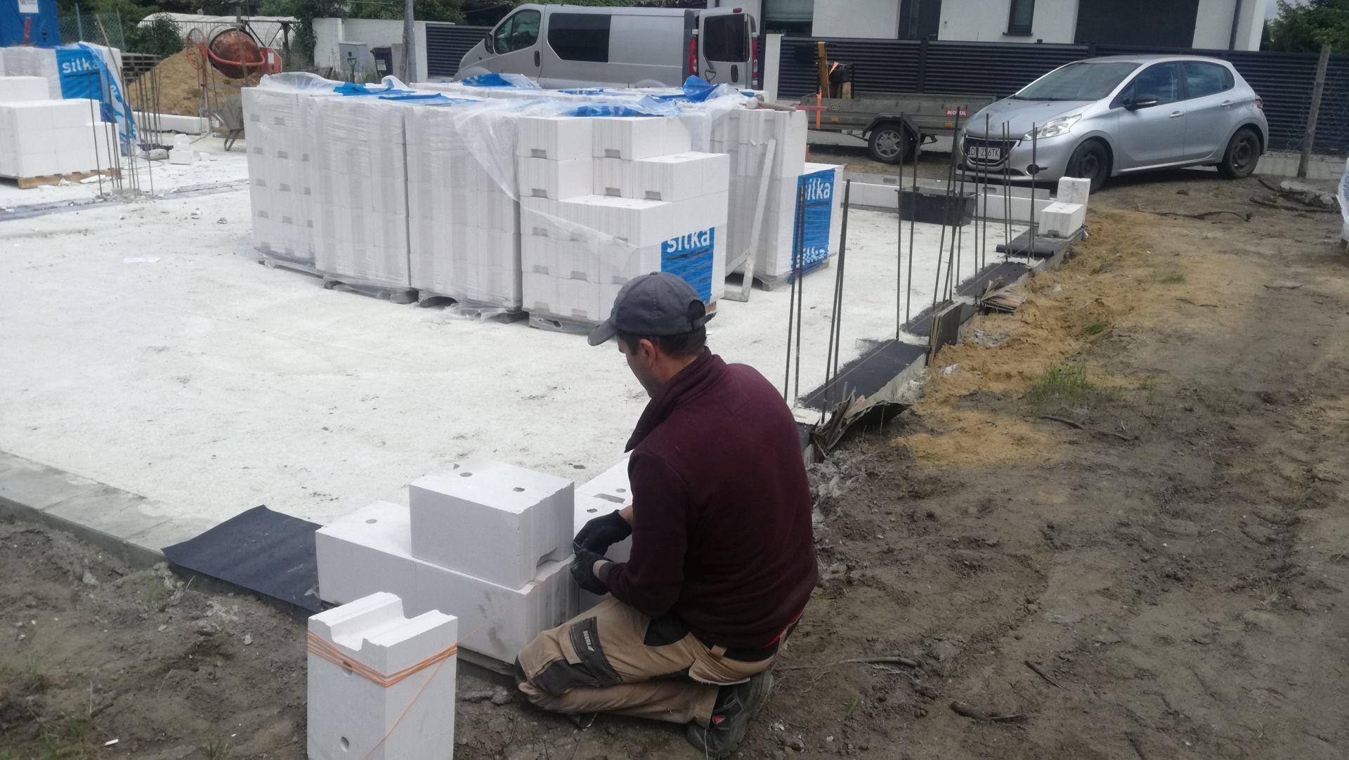 Rozpoczęliśmy murowanie ścian z bloczków Silka